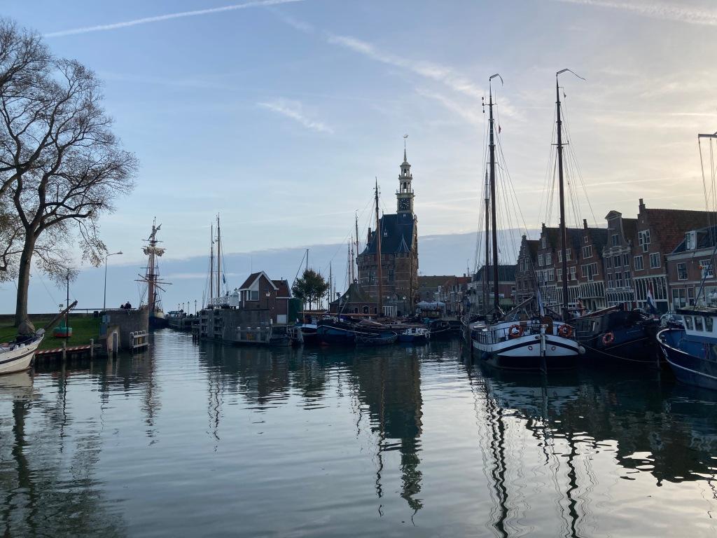 Historische haven met Hoofdtoren